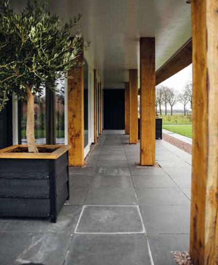 Houten pilaren bij een moderne schuurwoning