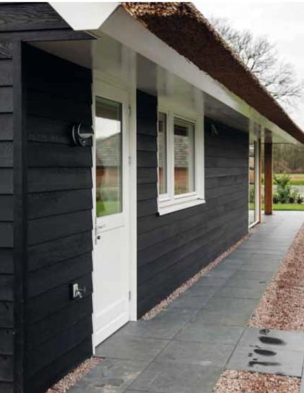 De voordeur van een moderne schuurwoning